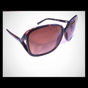 Glam, oversized tortoise shell sunglasses